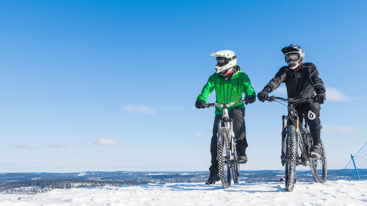 Two persons riding fatbikes in winter