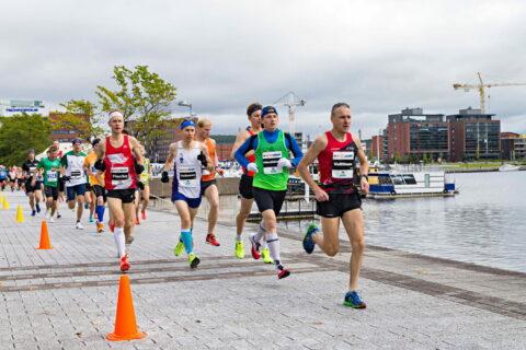 Henkilöt juoksemassa Finlandia Marathon -tapahtumassa Jyväskylän Satamassa.