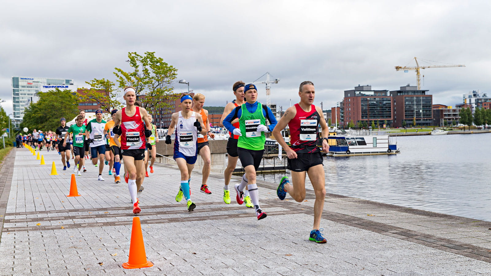 Persons running Finlandia Marathon in Jyväskylä harbour.