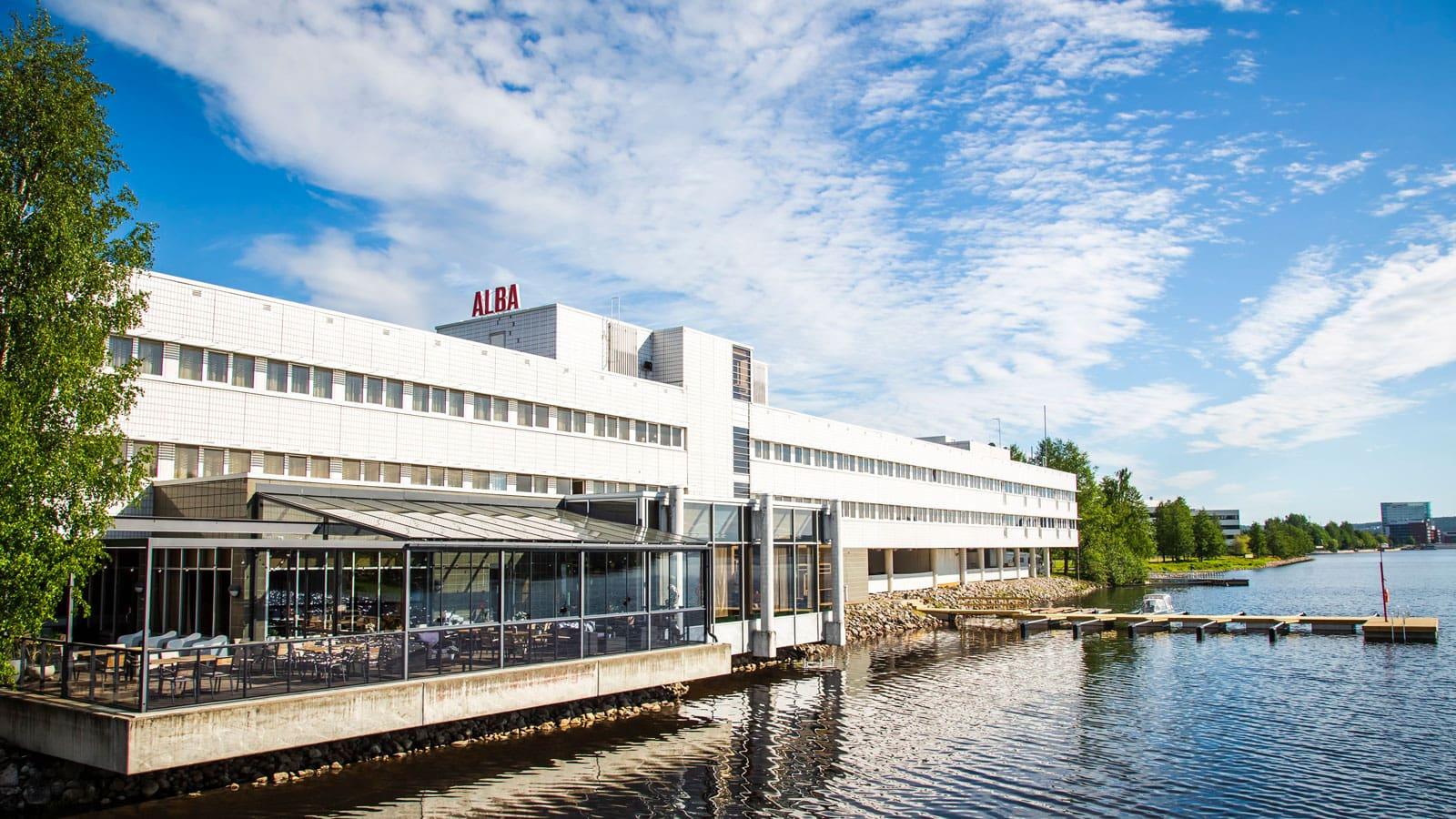 Hotelli Alban rakennus kesällä.