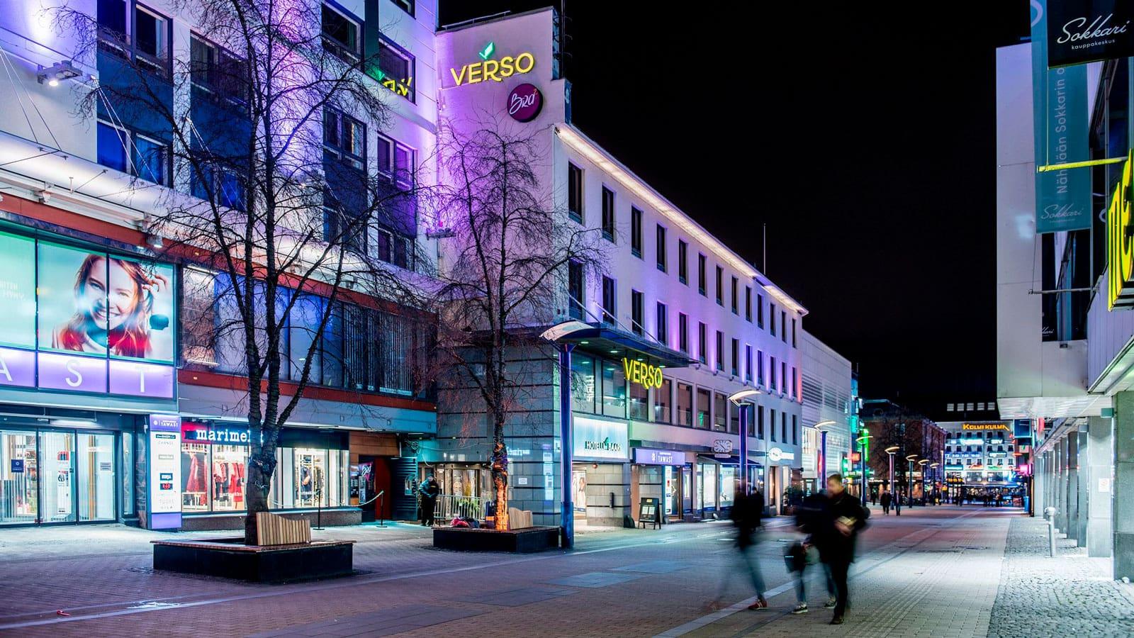 Hotelli Verson rakennus pimeällä.