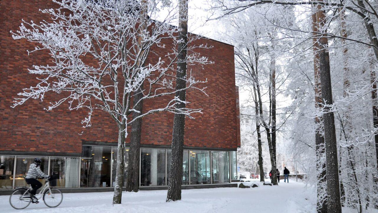 Jyväskylän yliopiston rakennus talvella kuvattuna.