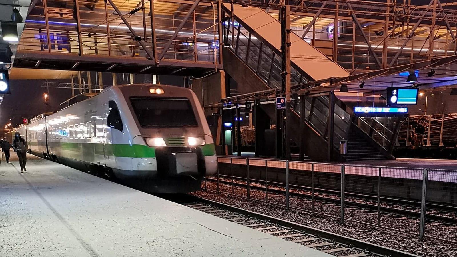 Juna laiturilla Jyväskylän Matkakeskuksella.