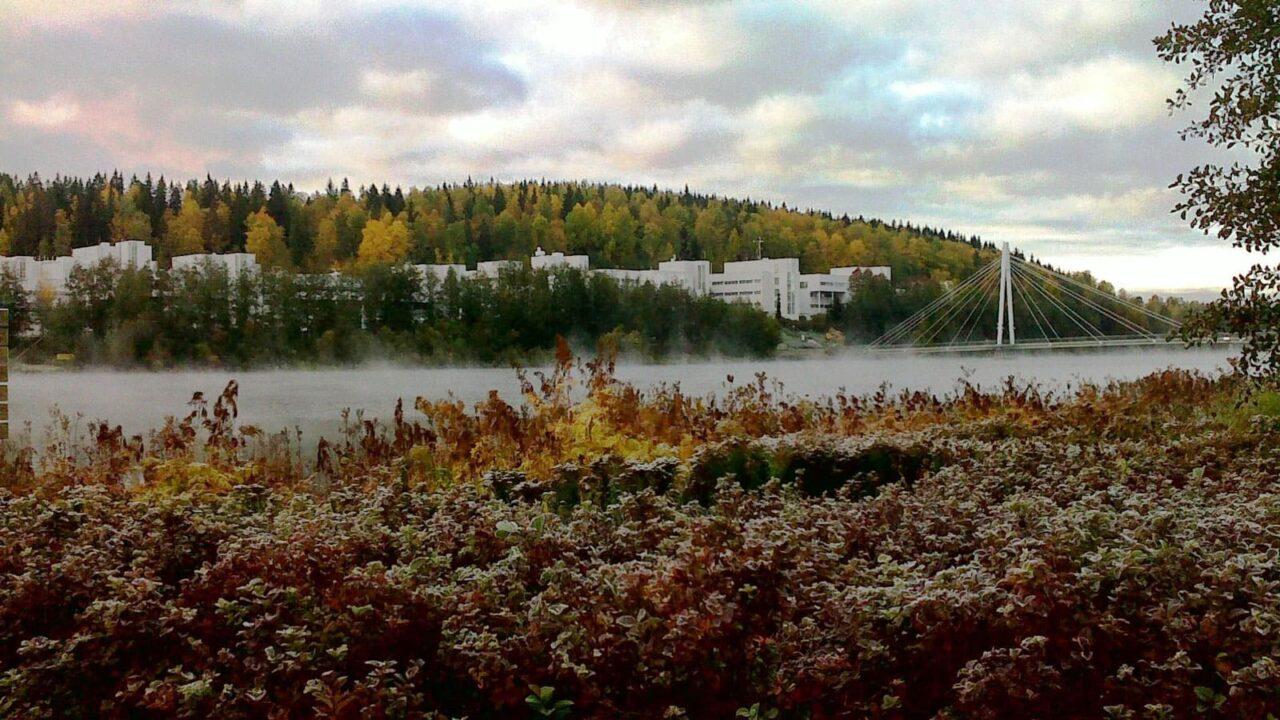 Jyväsjärveltä näkymä Ylistönrinteelle syksyllä.