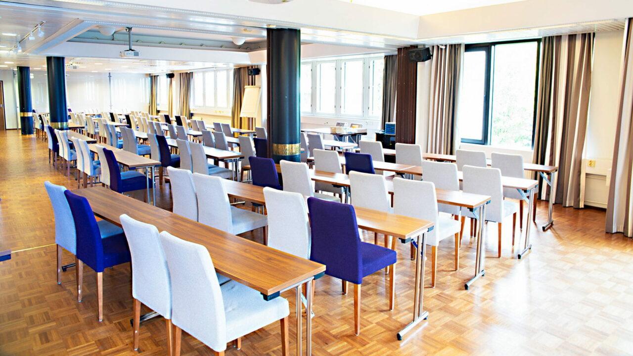 Juhlasalin pöydät ja tuolit.