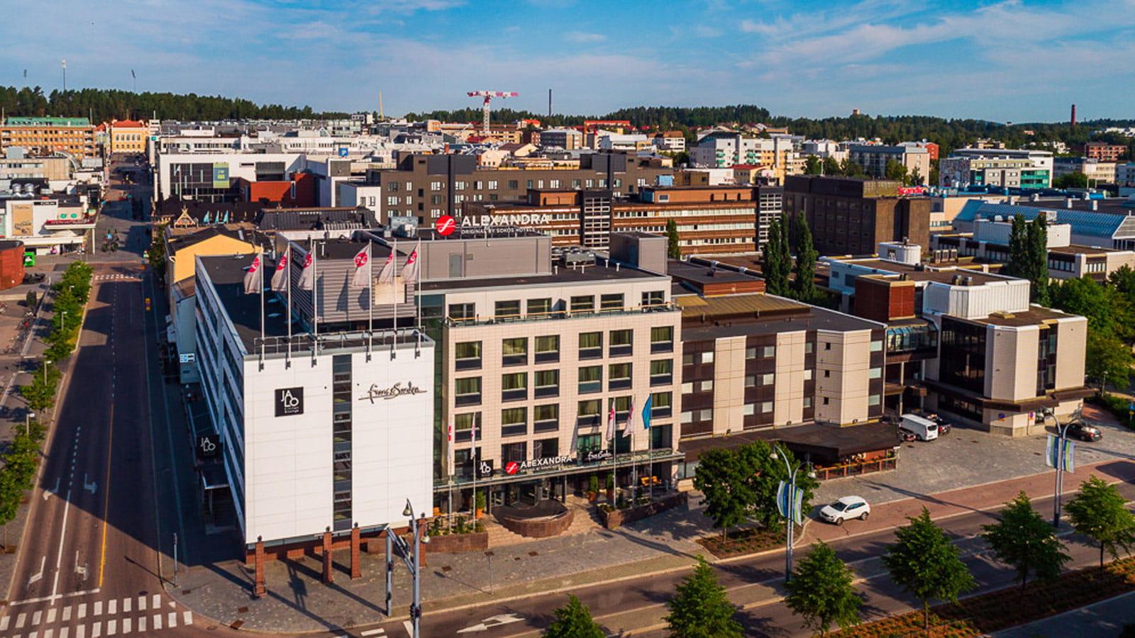 Original Sokos Hotel Alexandran rakennus ilmasta kuvattuna.