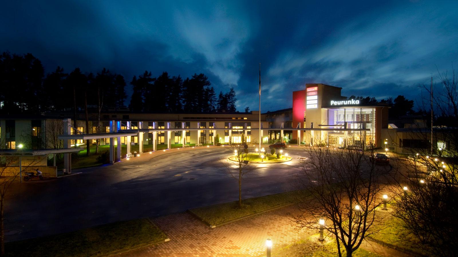 Peurungan hotellin rakennus pimeällä.