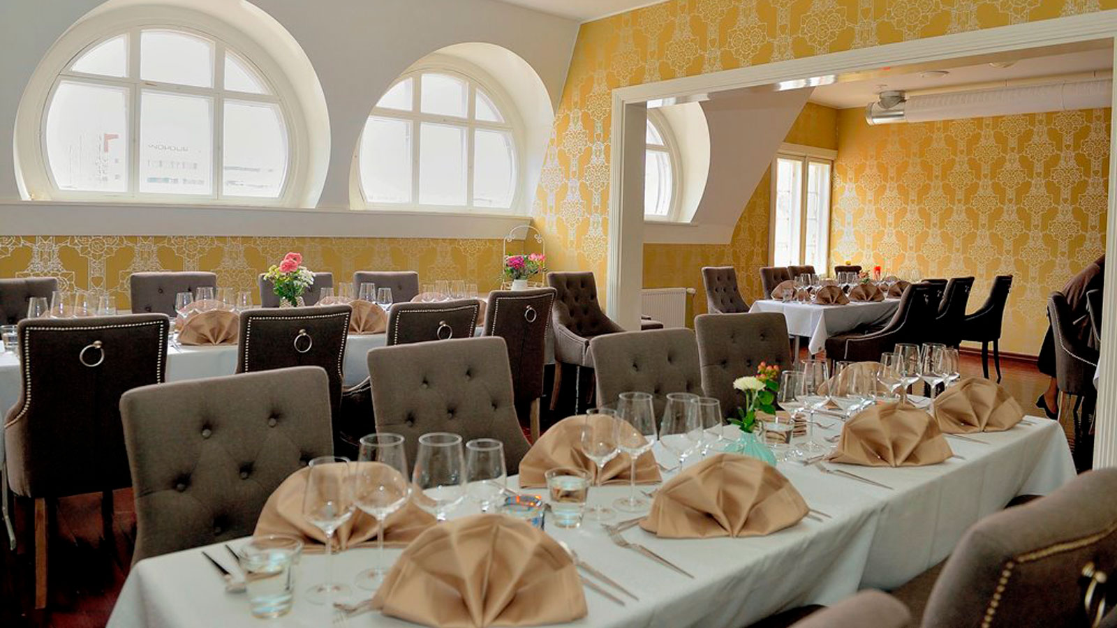 Restaurant Harmooni's tables.