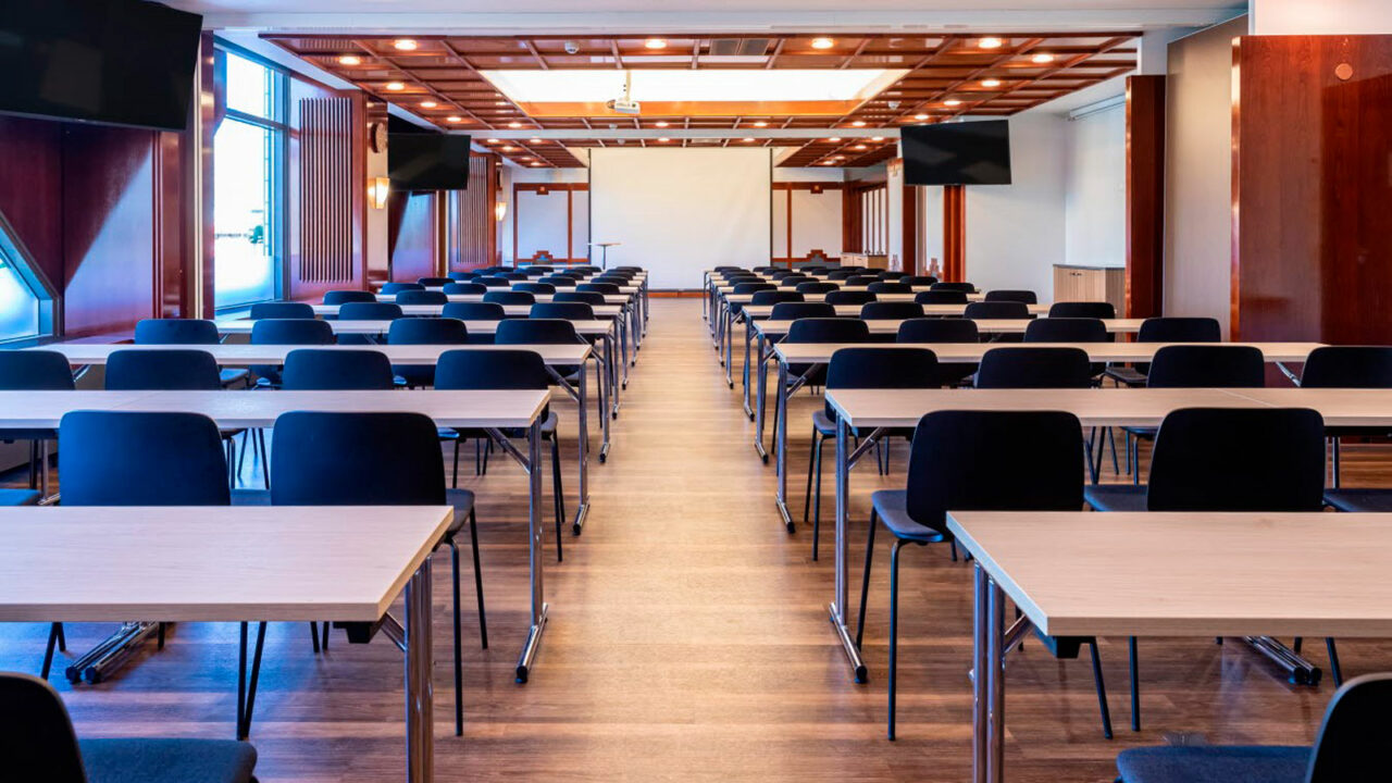 Kokoushuoneen pöydät ja tuolit.