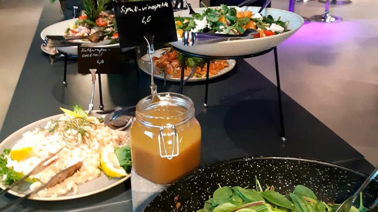 Pöytä, jossa on ruokaa tarjolla.