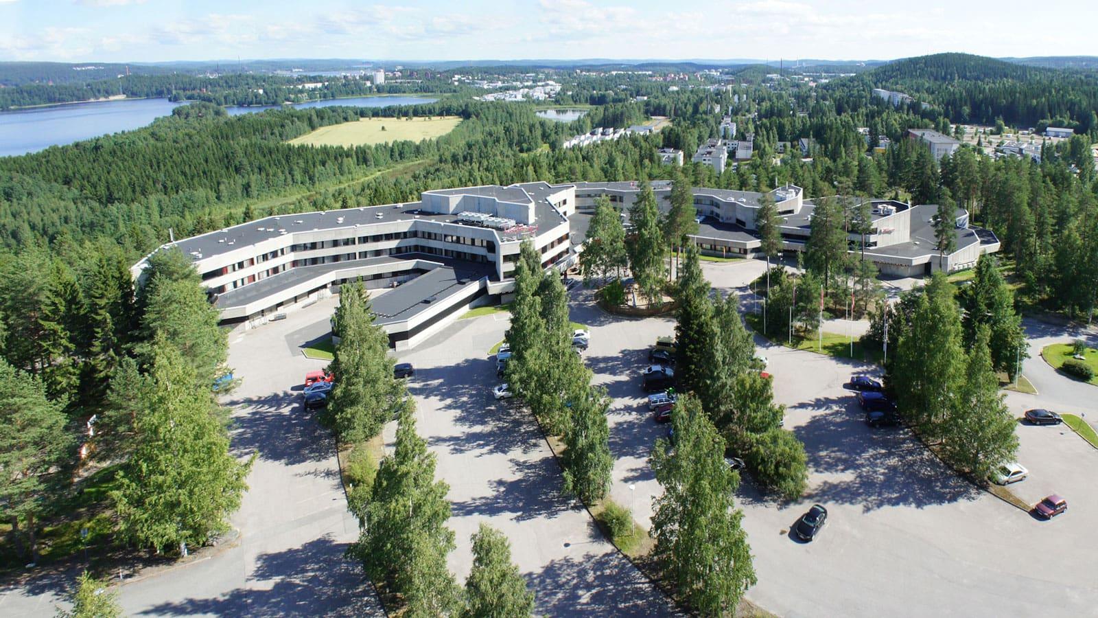 Scandic Laajavuoren rakennus ilmasta kuvattuna.