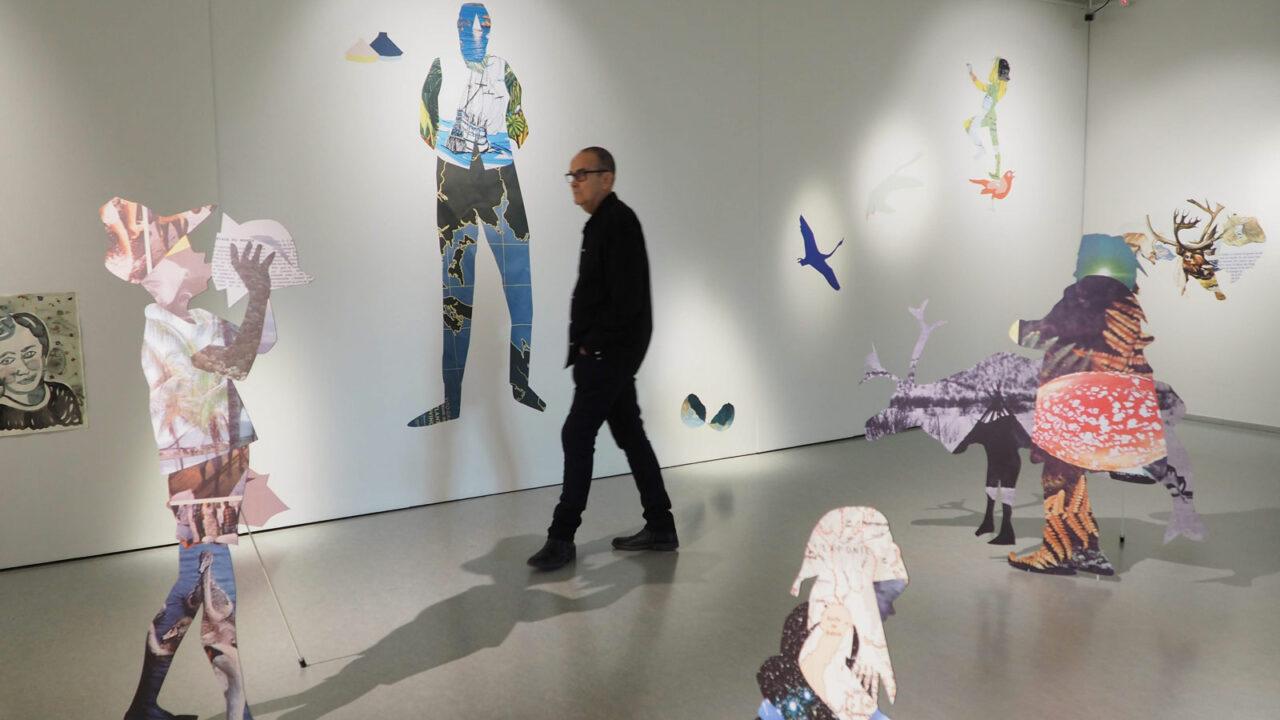 Henkilö kävelemässä museossa.