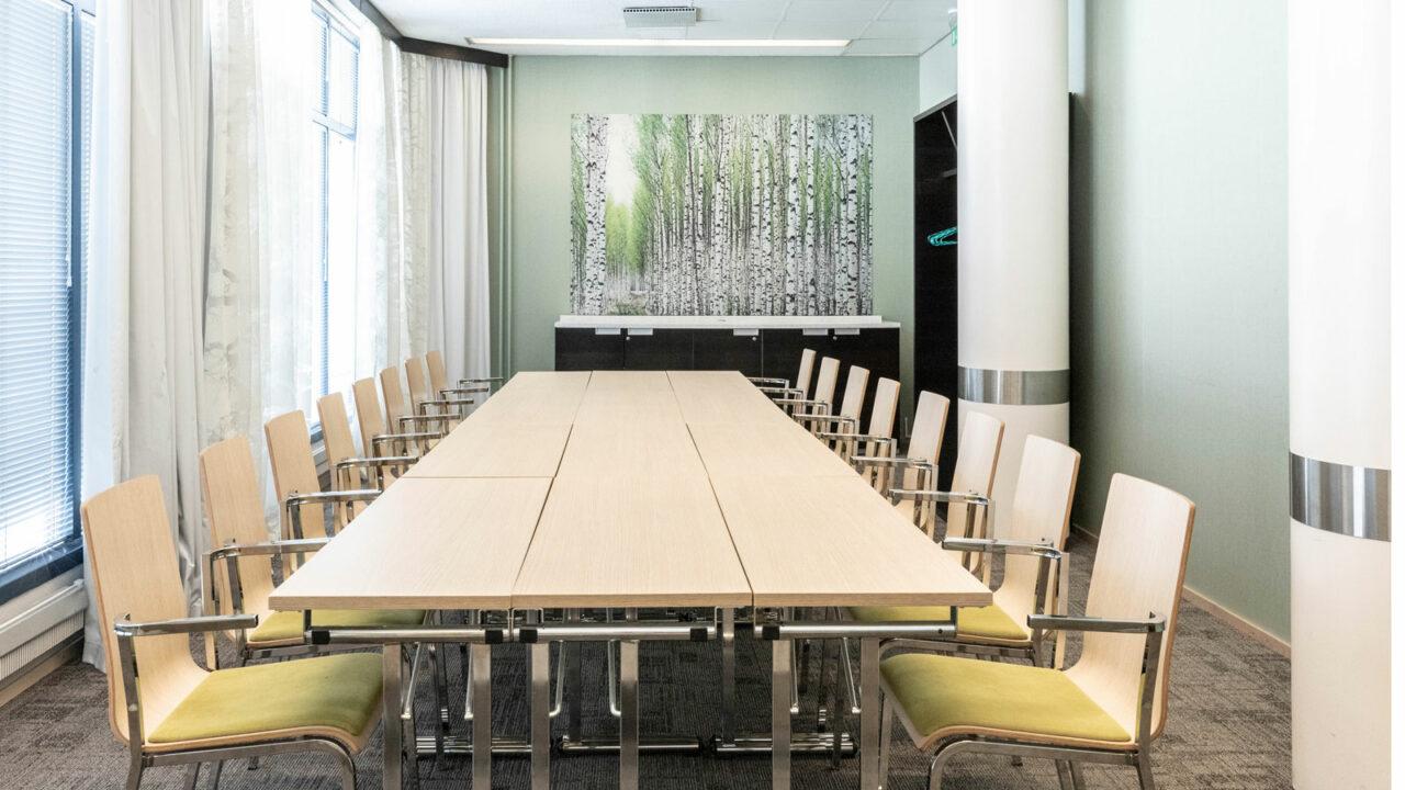 Kokoushuoneen pöytä ja tuolit.