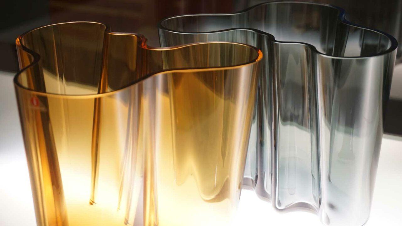 Kaksi Aalto-vaasia Alvar Aalto-museossa