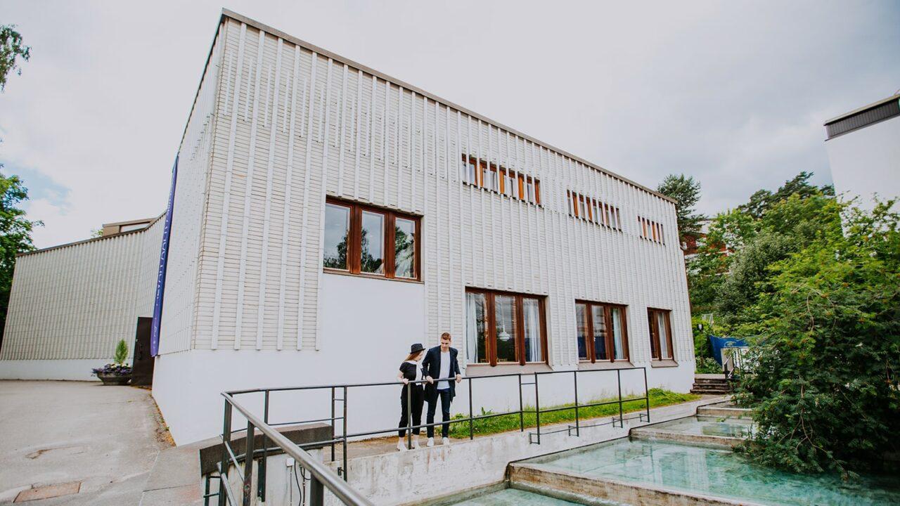 Kaksi henkilöä Alvar Aalto -museon edessä
