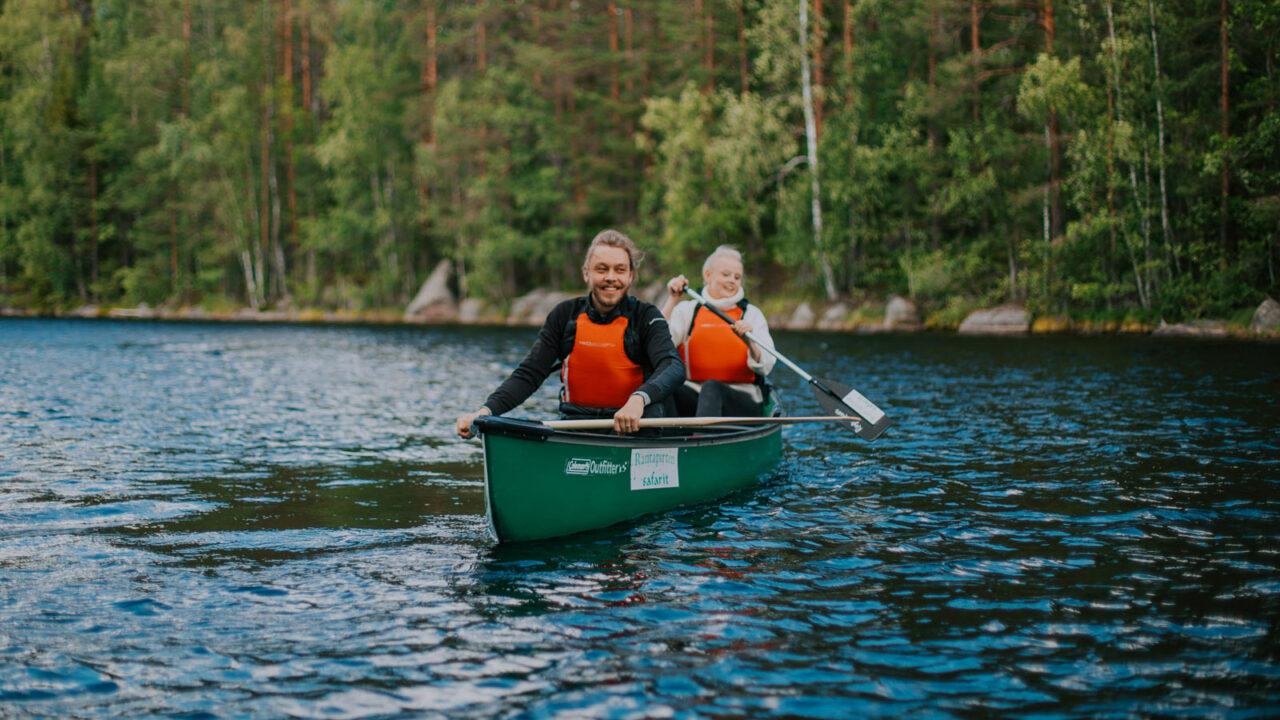 Kaksi henkilöä melomassa Isojärven kansallispuistossa