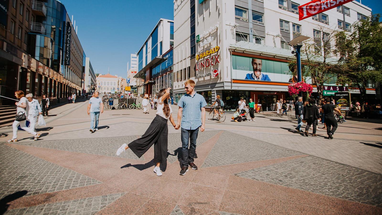Kaksi ihmistä Jyväskylän keskustassa