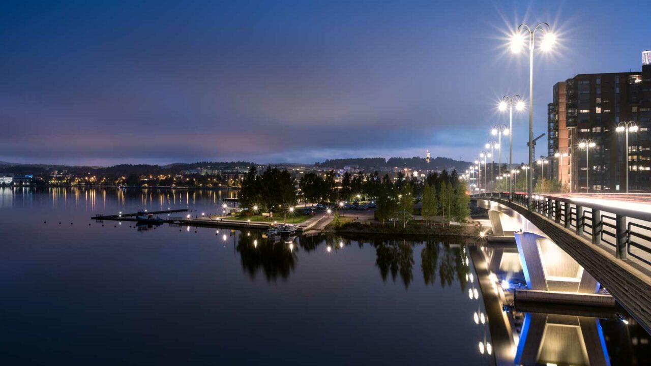 Kuokkalan silta, Jyväsjärvi ja Lutakon satama iltavalaistuksessa