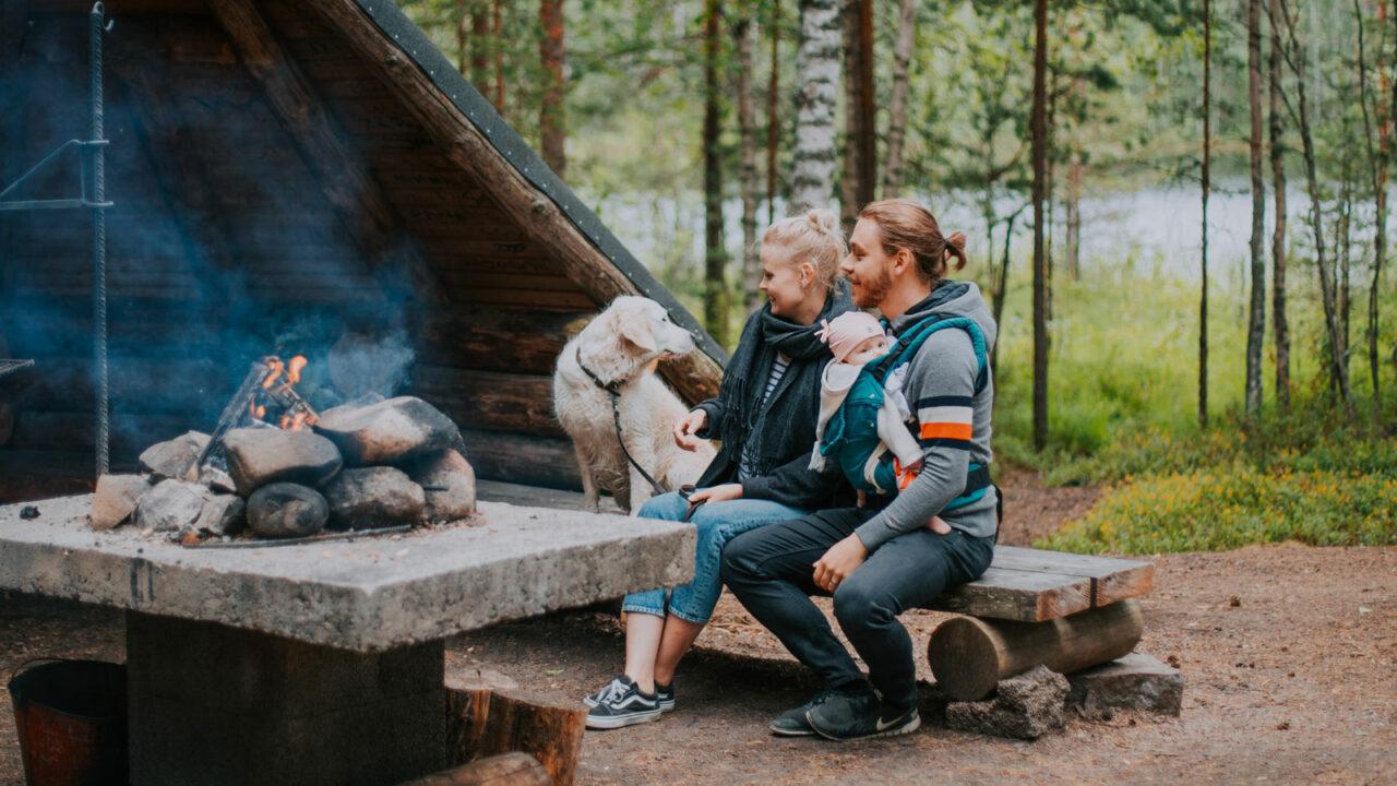 Семья на оборудованном крытом месте для отдыха в национальном парке Лейвонмяки