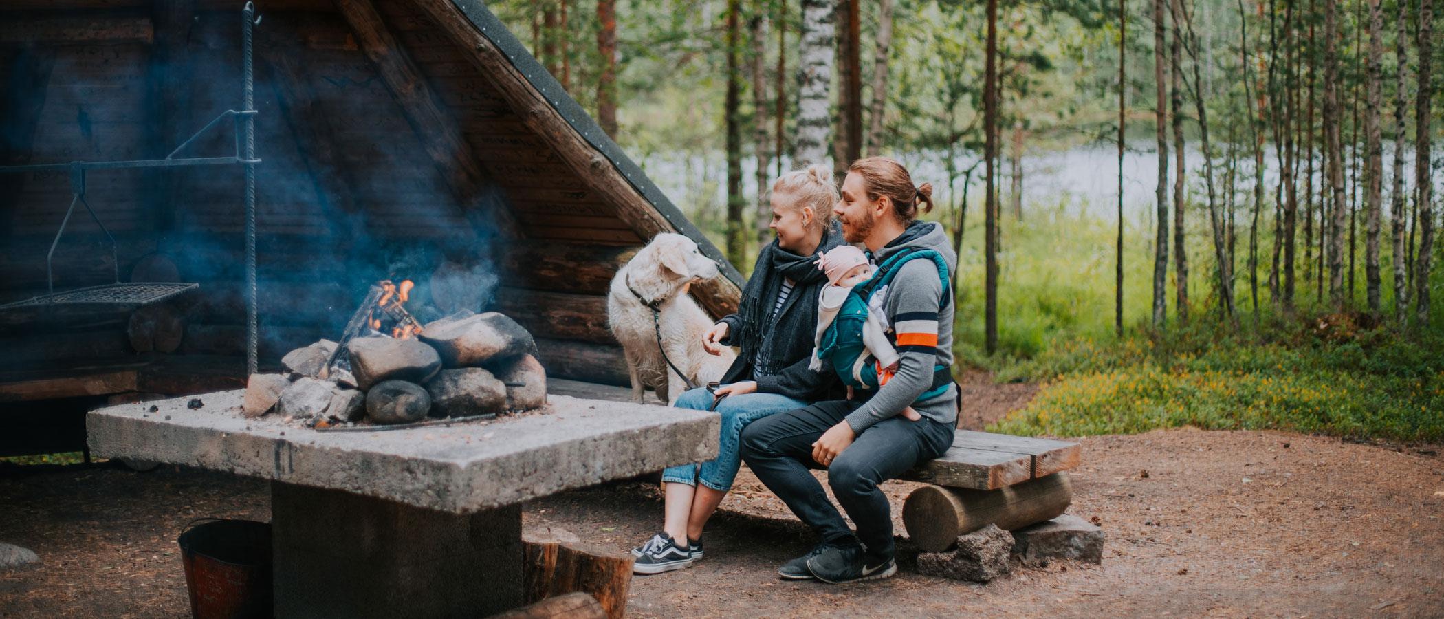 Perhe Isojärven kansallispuiston laavulla