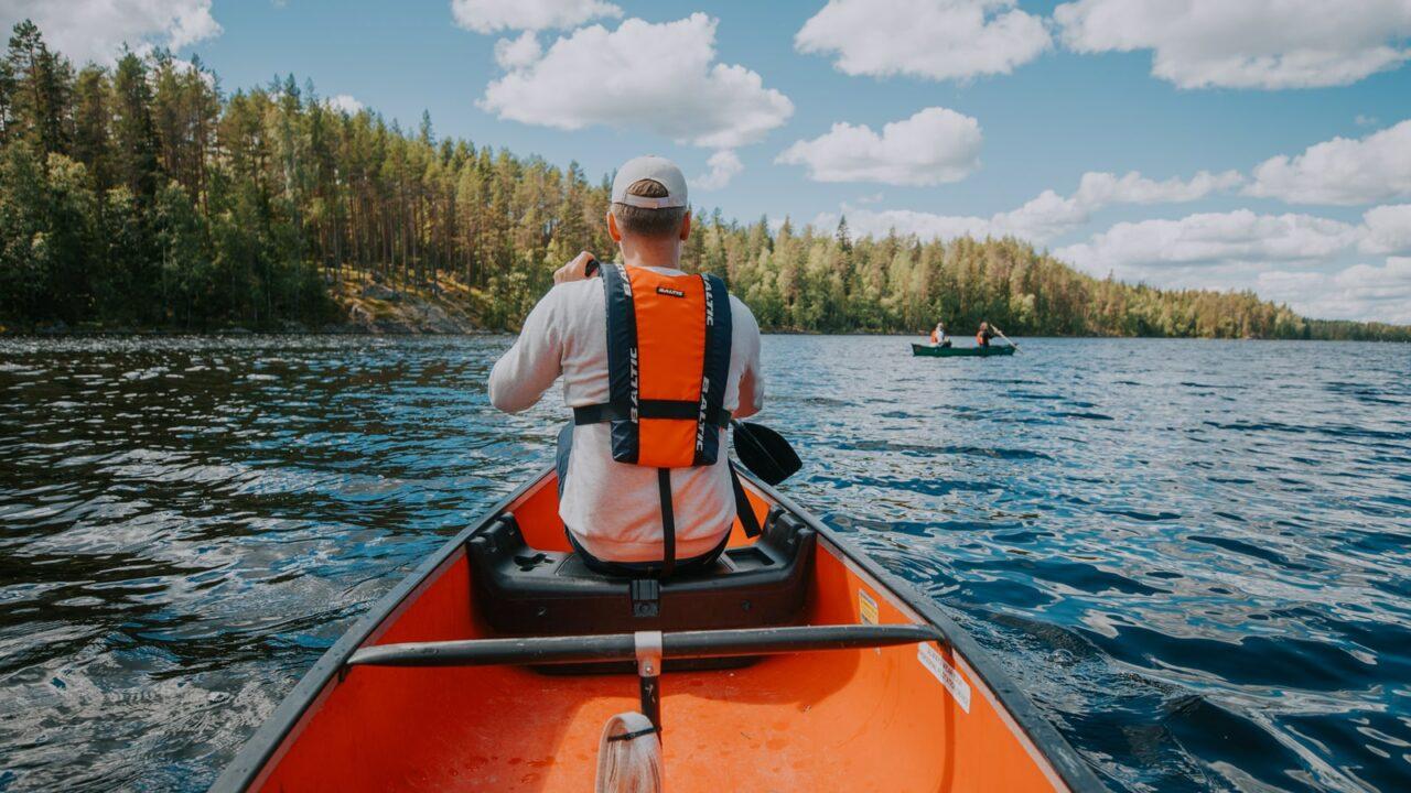 Henkilö melomassa Isojärven kansallispuistossa