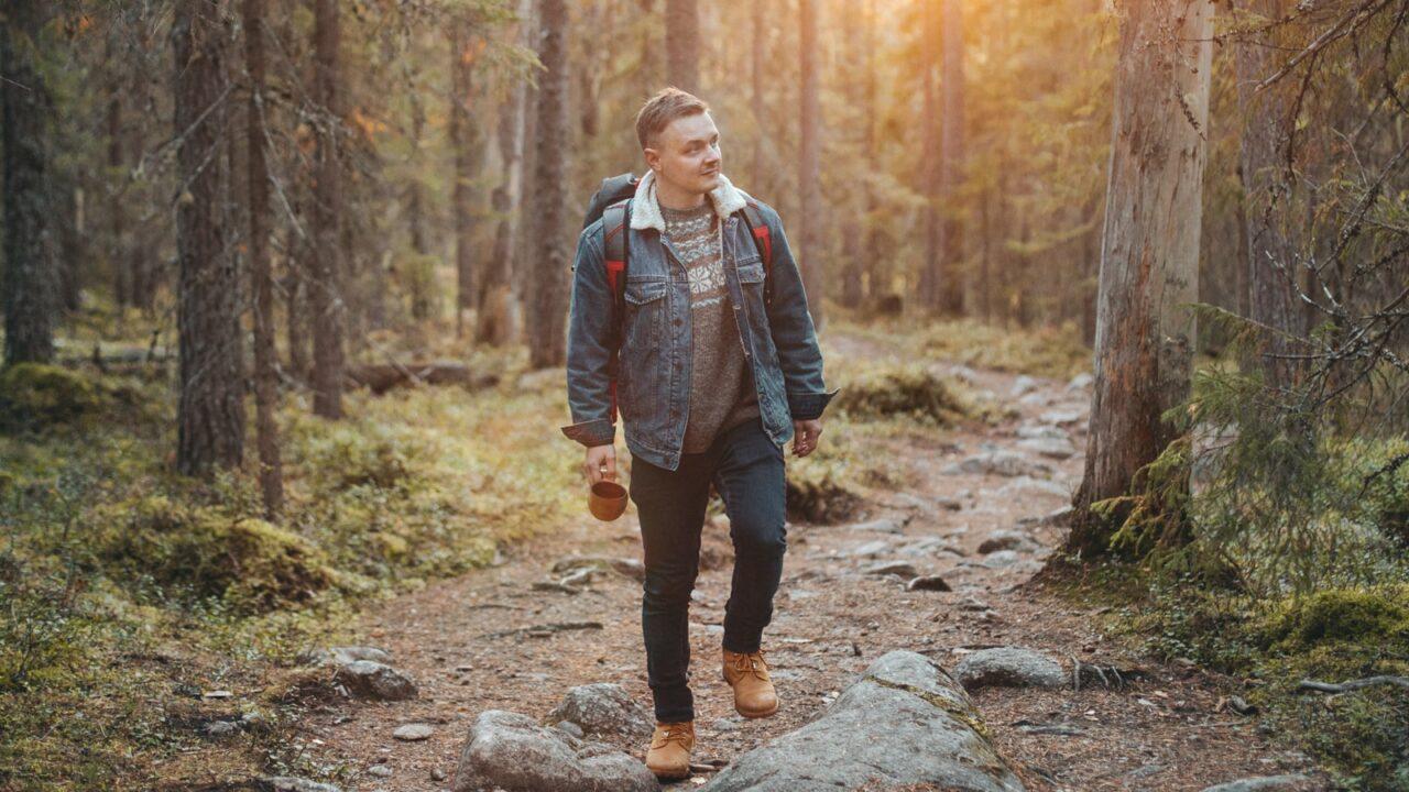 Henkilö luontopolulla Pyhähäkin kansallispuistossa