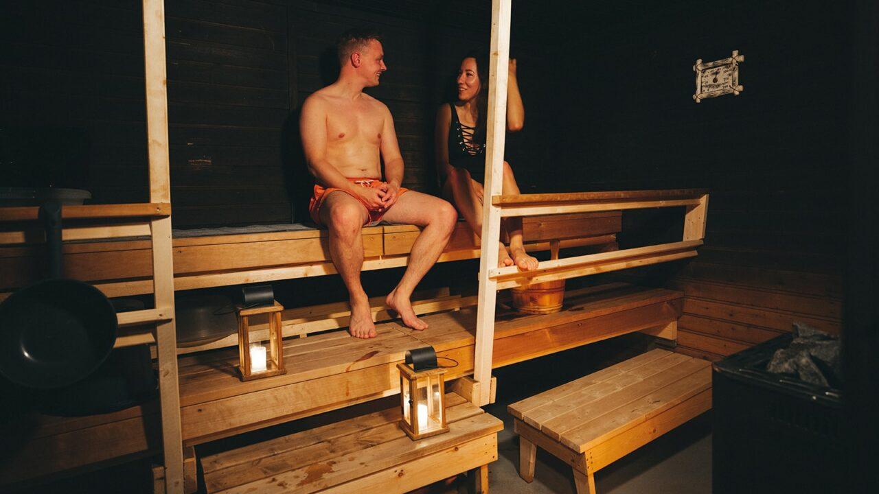 サウナの中で座る二人の人