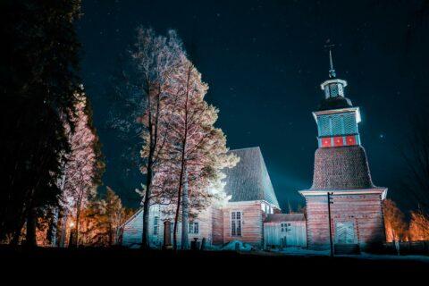 Petäjäveden vanha kirkko iltahämärässä