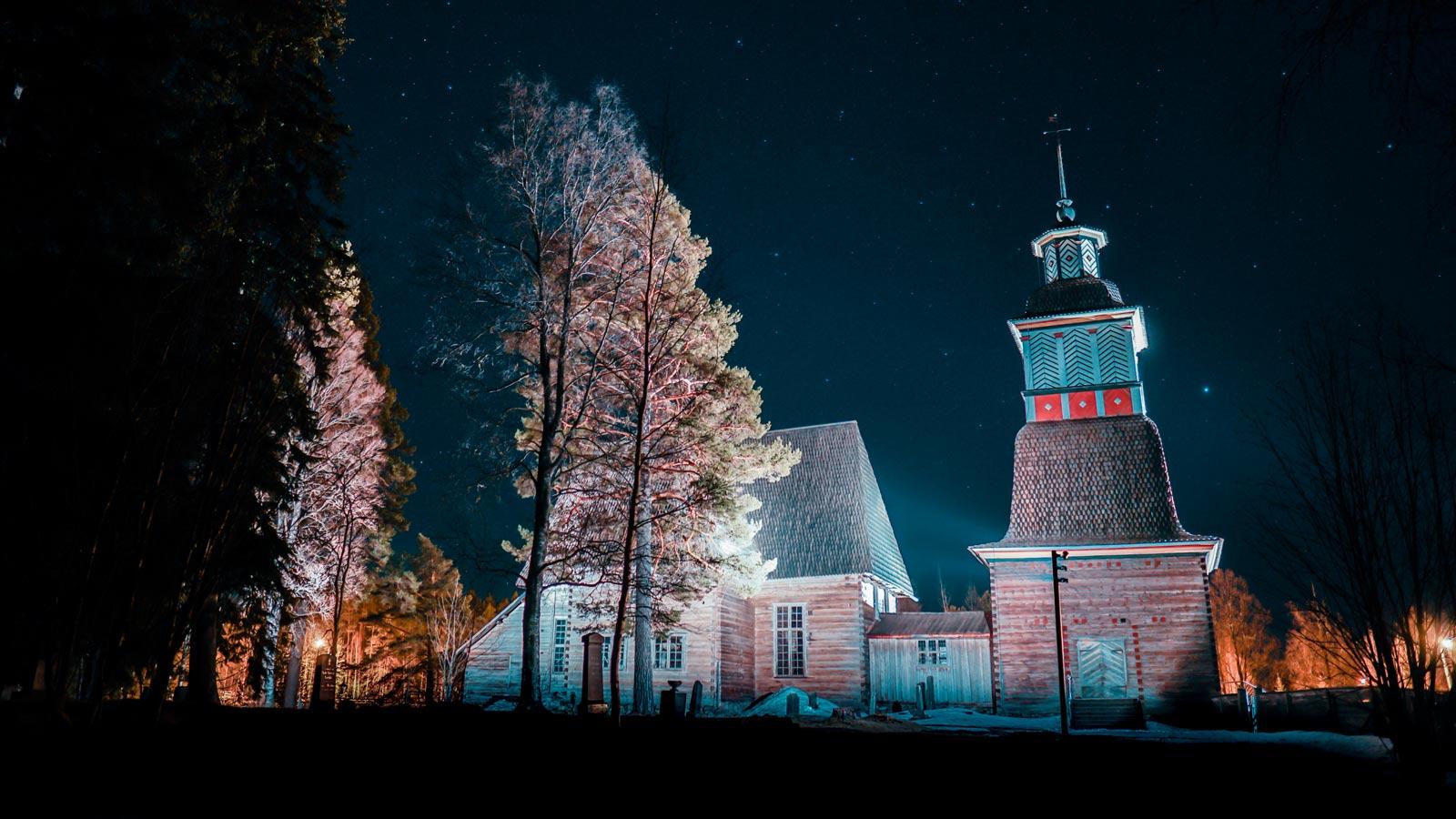 Alte Kirche von Petäjävesi in der Abenddämmerung