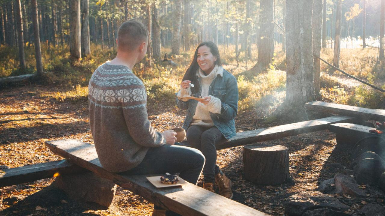 Två perso.ner äter matsäck i Pyhä-Häkki nationalpark.