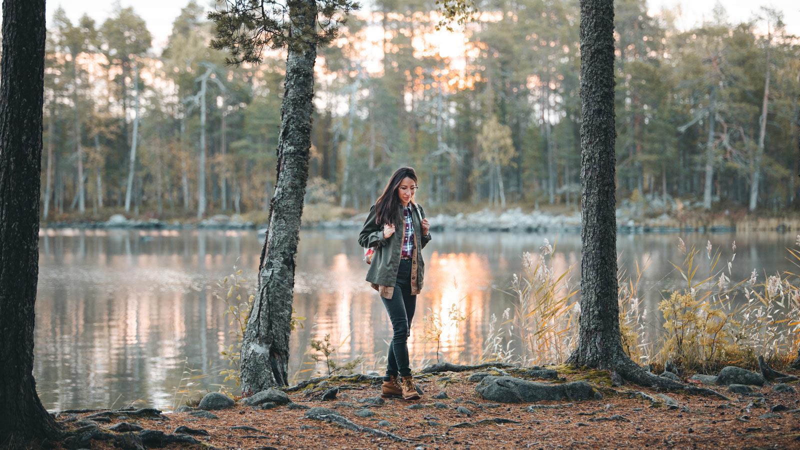 Henkilö veden äärellä Salamajärven kansallispuistossa