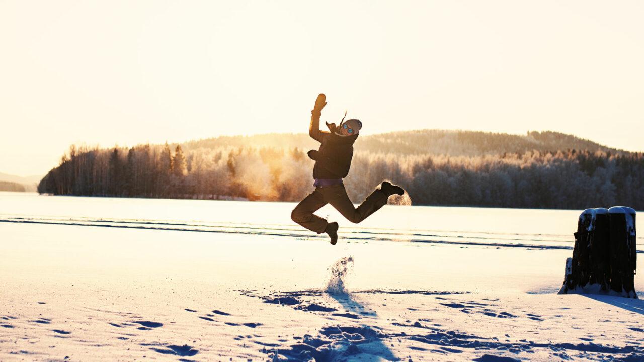 Henkilö hyppää ilmaan talvisessa Jyväskylässä