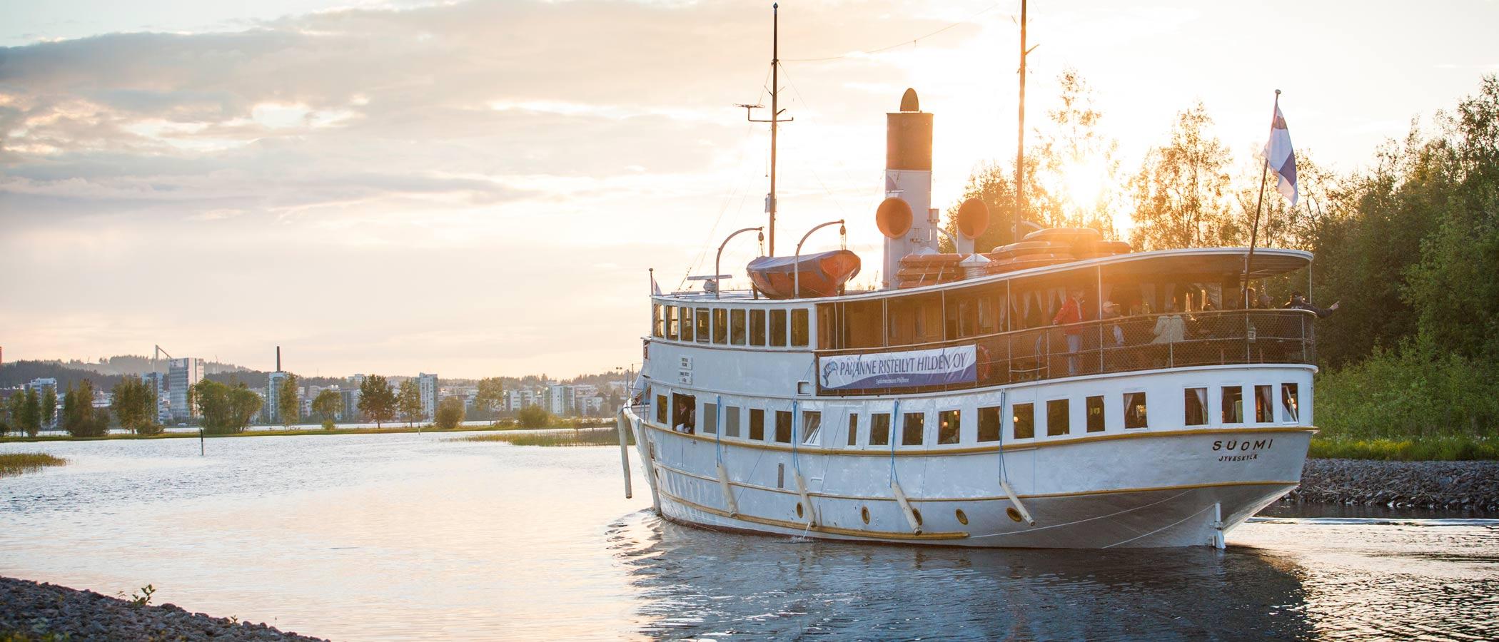 Suomi-laiva Päijänne-risteilyllä ilta-auringossa