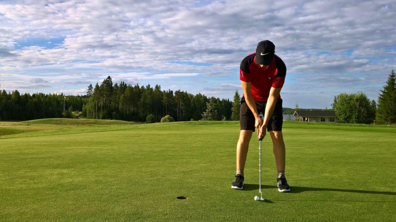 Henkilö golfaamassa Revontuli Golfissa
