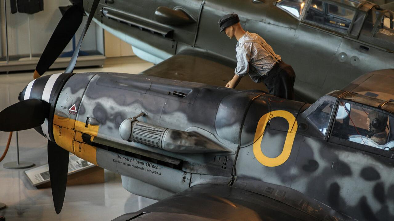Vanha lentokone Suomen Ilmavoimamuseossa.