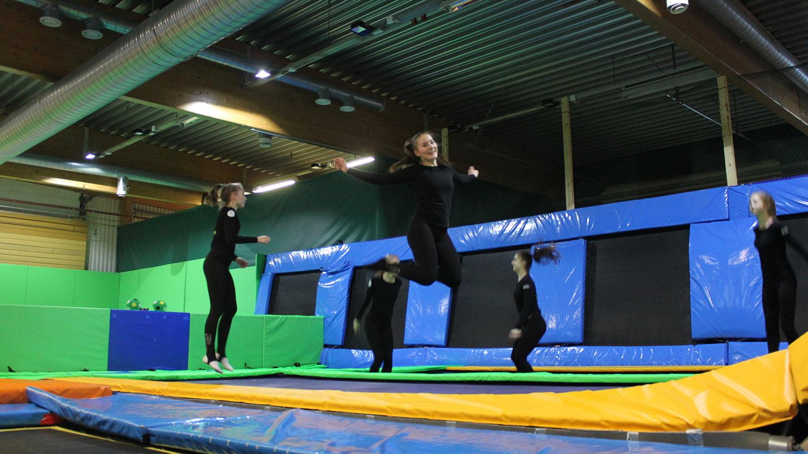 Ihmisiä hyppimässä JumpParkin trampoliinimaailmassa.