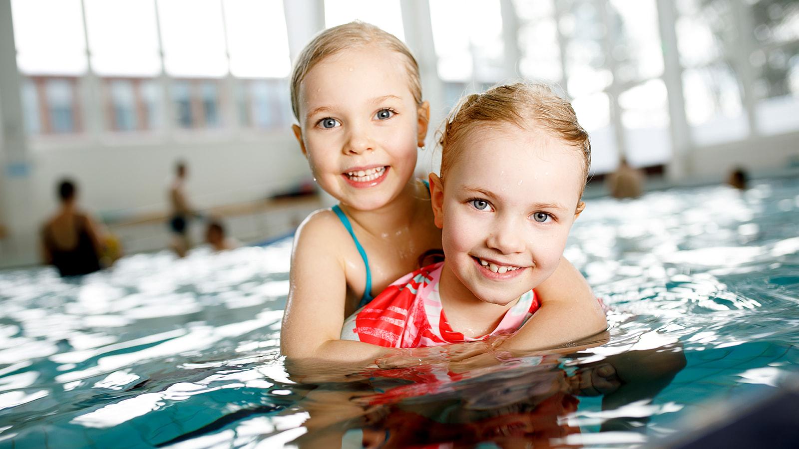 Lapset uimassa AaltoAlvarissa