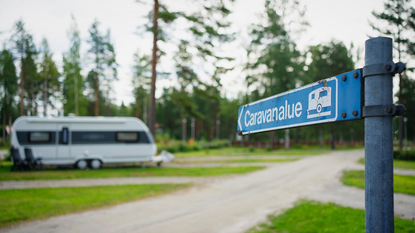 Campingplatz an einem sonnigen Tag