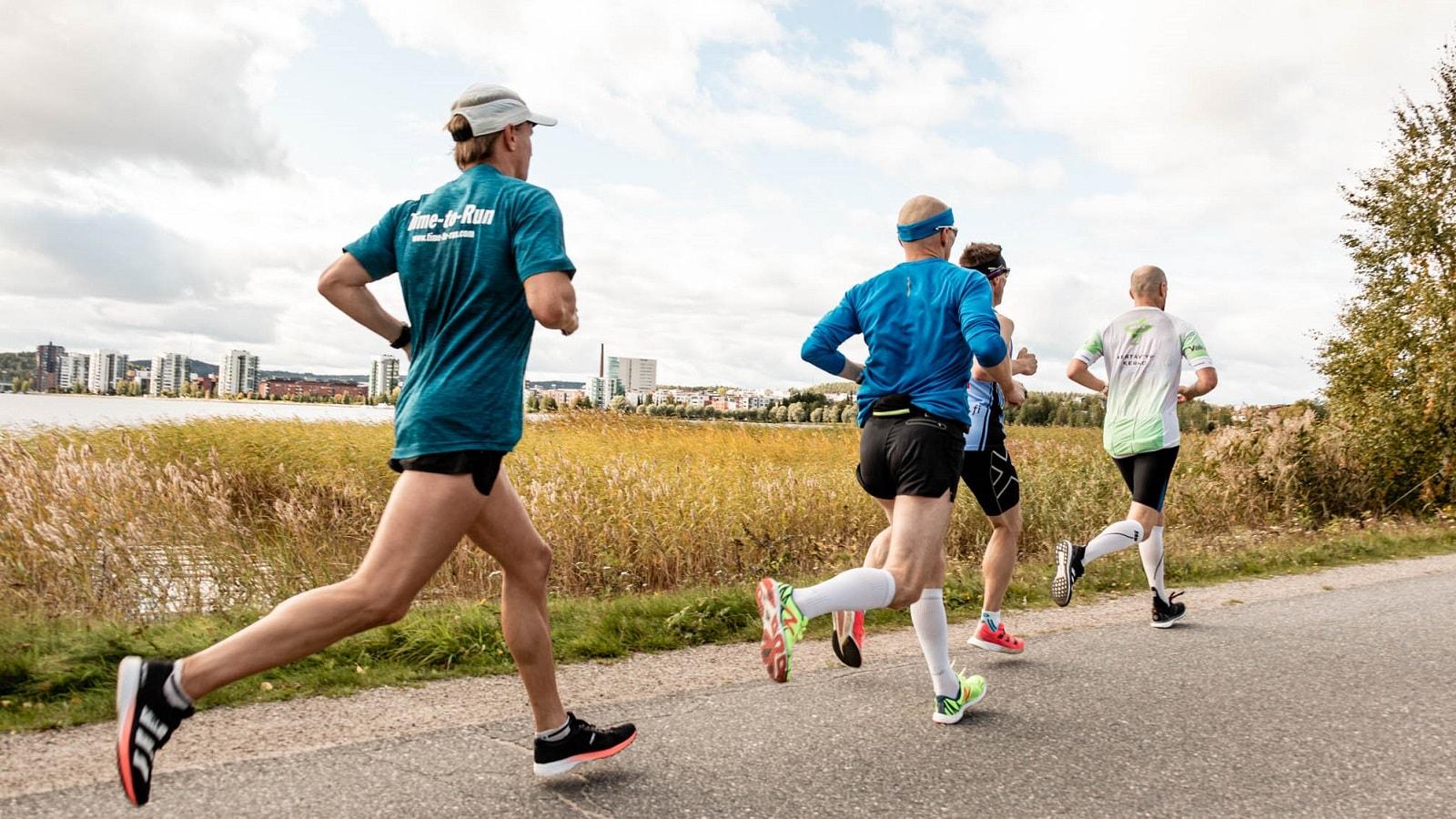 Juoksijoita Rantaraitilla Finlandia Marathonissa.