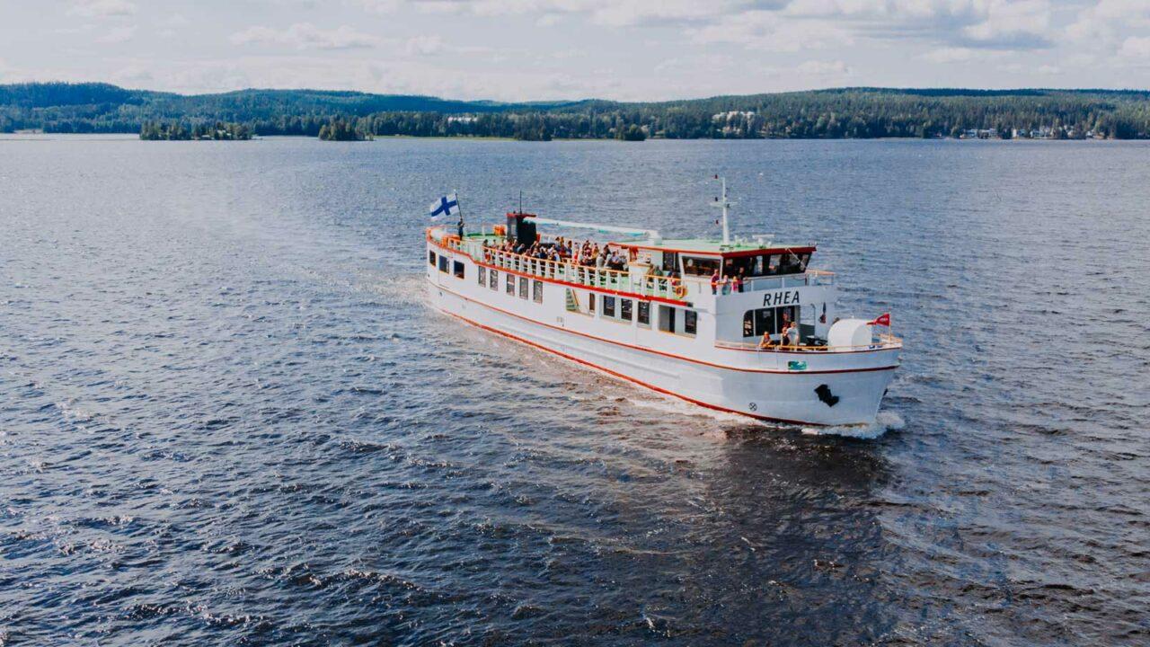 Rhea Shiplines Oy:n risteilyalus järvellä