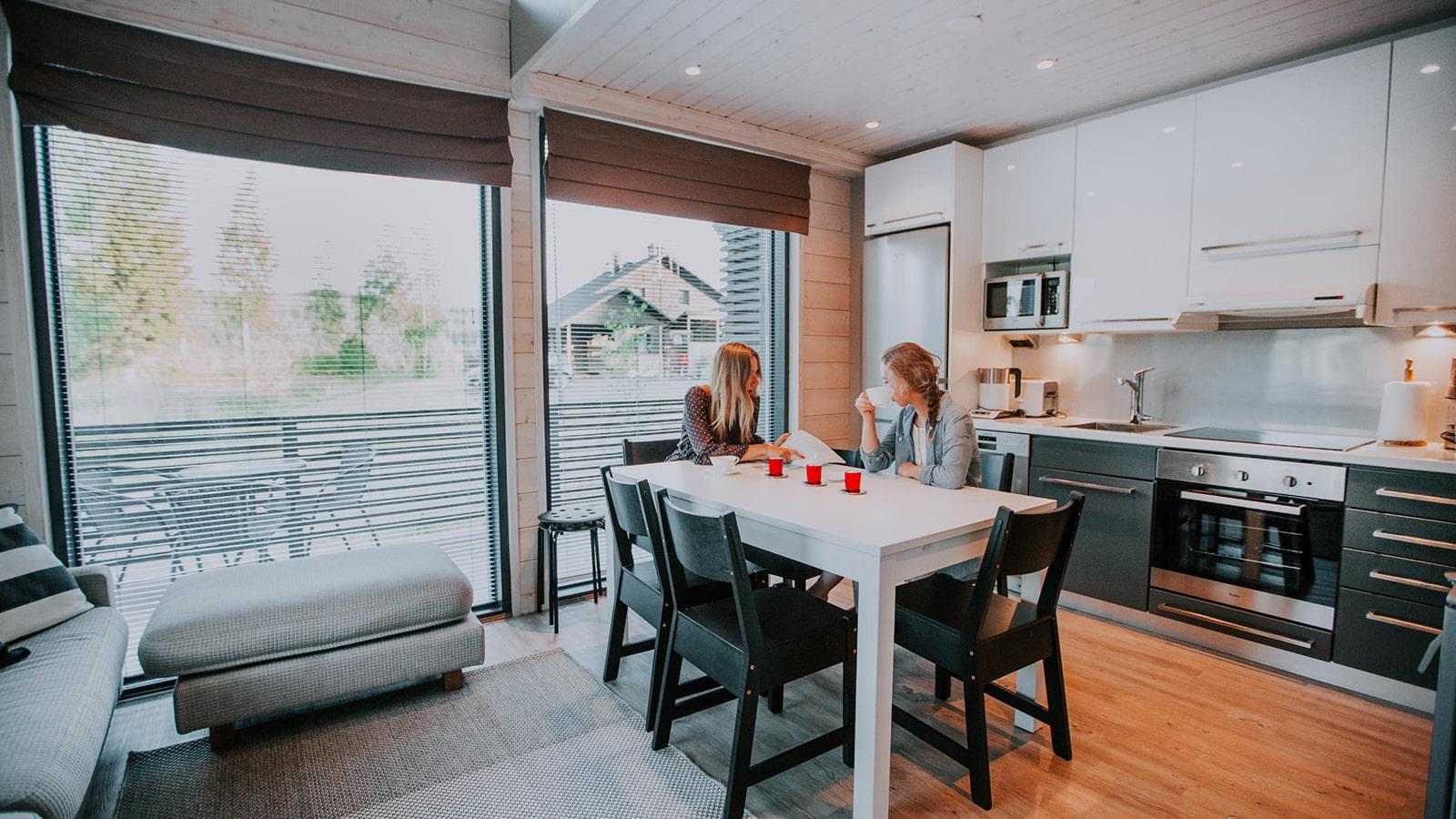 Zwei Personen sitzen in einem Ferienhaus in der Region Jyväskylä.