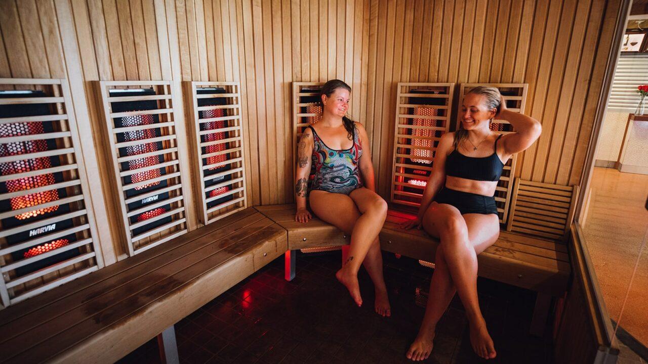 Zwei Personen in einer Infrarot-Sauna