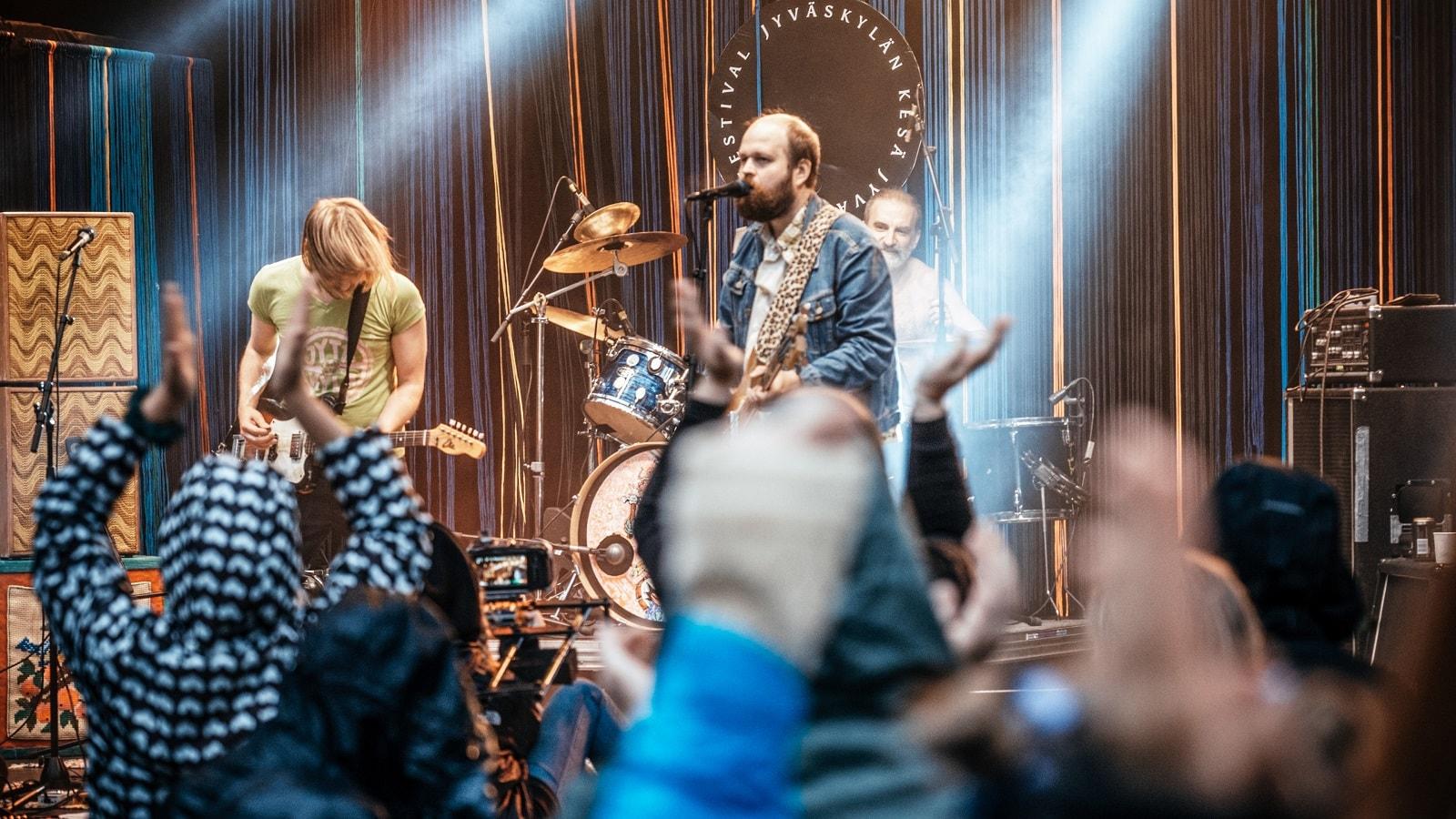 Bändi soittamassa yleisölle Jyväskylän Kesä-festivaalissa.