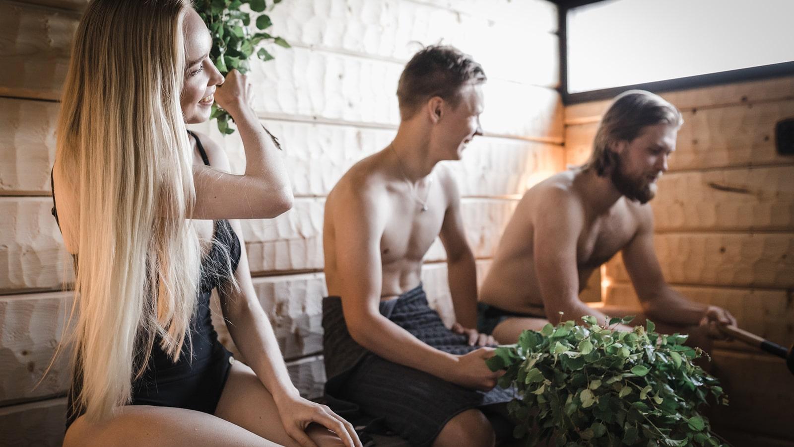 Drei Personen beim Saunabesuch in der Sauna von Kankaan in der Region Jyväskylä.