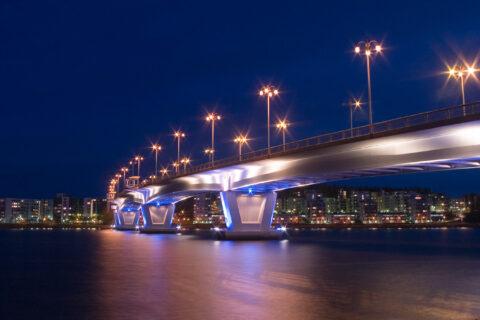 Kuokkalan silta iltavalaistuksessa