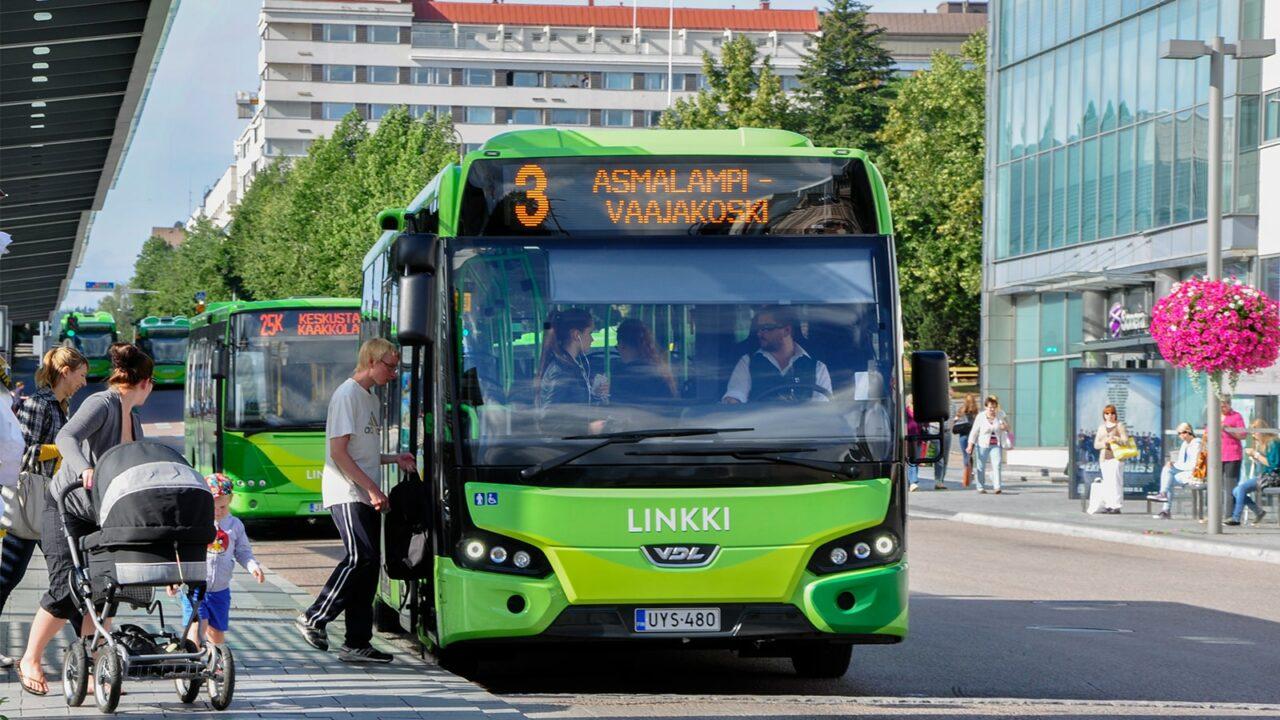 Henkilö astumassa bussiin Jyväskylässä