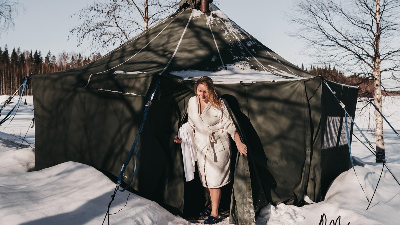 Henkilö poistumassa telttasaunasta talvella