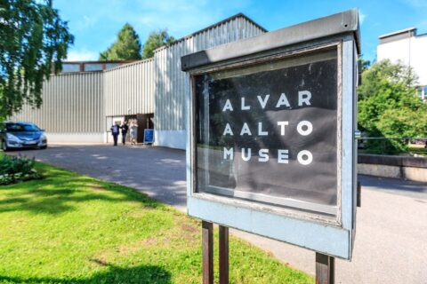 Alvar Aalto -museum sign infront of the museum.