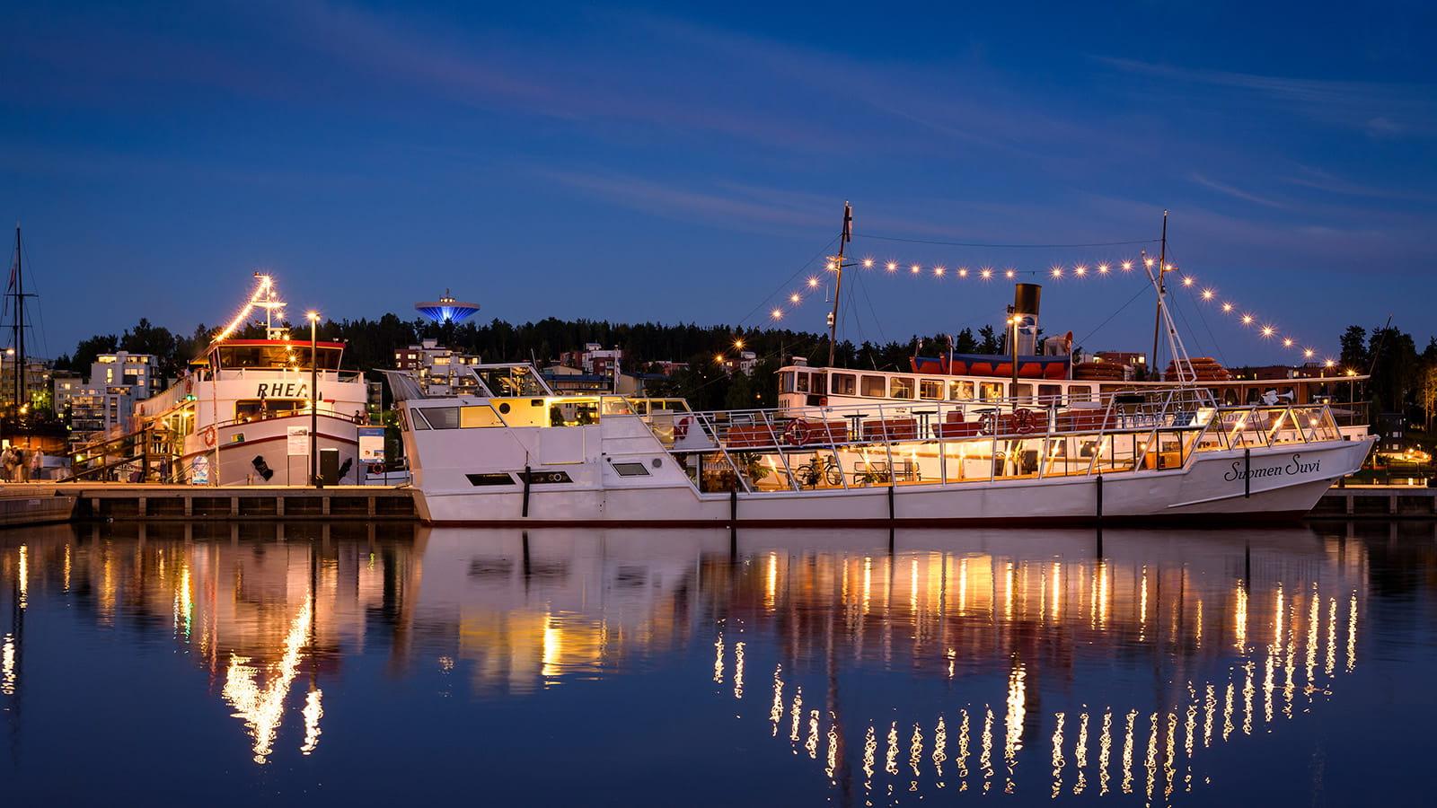 Laivoja Lutakon satamassa Jyväskylässä iltavalaistuksessaan.