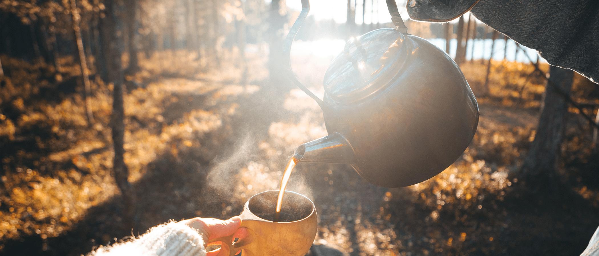 Kahvia kaadetaan kuppiin luonnossa